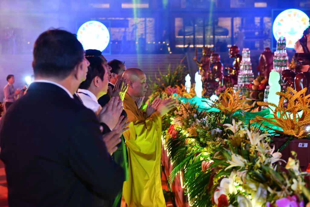 Vesak 2019: Phó Thủ tướng Chính phủ Phạm Bình Minh tham dự Đêm Hoa đăng cầu nguyện hòa bình thế giới